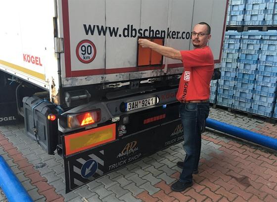 Nebezpečný náklad. Oranžová značka na zádi kamionu znamená omezení jízdy v...