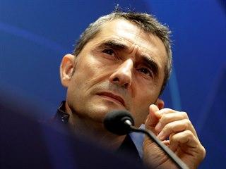 Trenér barcelonských fotbalistů Ernesto Valverde na tiskové konferenci před...