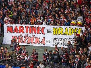 Transparent hradeckých fanoušků v utkání proti Zlínu.