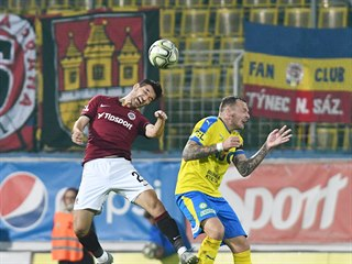 Michal Trávník ze Sparty (vlevo) hlavičkuje v utkání proti Teplicím.