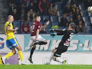 Srdjan Plavšič ze Sparty (uprostřed) se snaží překonat brankáře Teplic Tomáše...