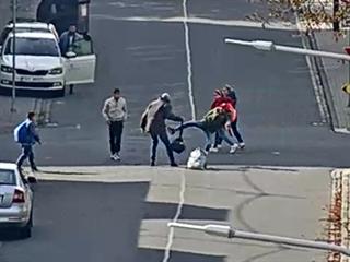 Mladíci napadli muže.
