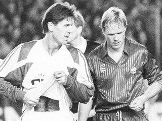 Sparťanský fotbalista Jozef Chovanec (vlevo) v družném hovoru s nizozemským...