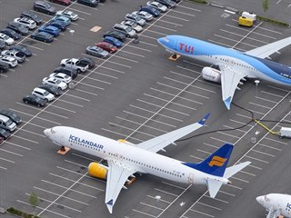 Desítky letadel Boeing 737 MAX jsou zaparkované poblíž budov Boeingu v Seattlu,...