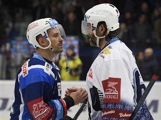 Jaromír Jágr si podává ruku s Tomášem Plekancem. Poprvé se v extralize potkali...