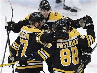 David Pastrňák z Bostonu se raduje se spoluhráči z gólu v zápase s Torontem.