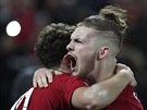 Harvey Elliott (vpravo) a Curtis Jones  oslavují gól Liverpoolu.