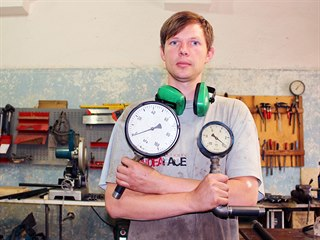 Dílna Tomáše Mrkvici v Josefově je plná vodovodních trubek, ventilů a tvarovek.