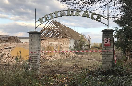 Bagry boří dvůr Švamberk. (1. 11. 2019)