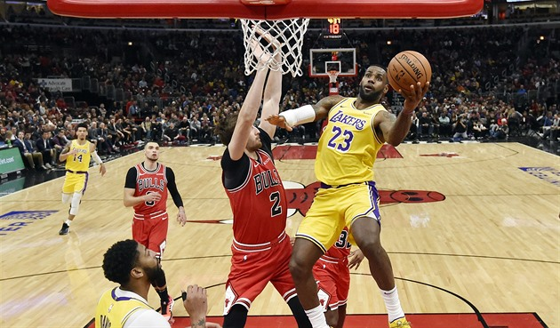 LeBron James z Los Angeles Lakers zakončuje v utkání proti Chicagu.