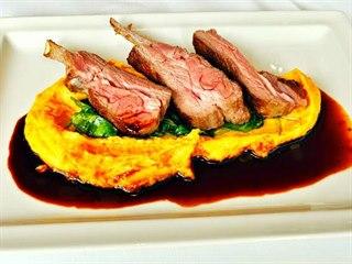 Klasická kombinace: maso, pyré a omáčka