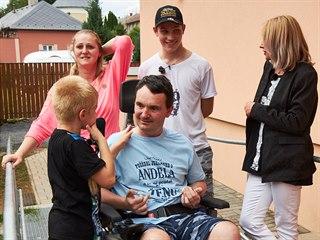 Kamil se s rodinou po deseti dnech vrací do nového domova.