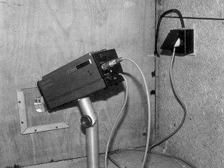 Pohled na skrytou instalaci kamery Sony v podstřeší domu v Lázeňské ulici.