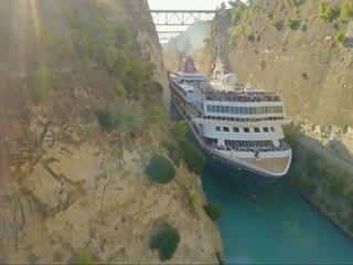 Korintským průplavem natěsno proplula 22,5 metru široká loď.