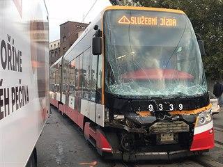 Nehoda se stala v Nádražní ulici v Praze 5, čtyři lidé utrpěli lehká zranění....