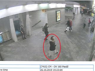 Policie hledá svědkyni střelby u prodejny Alza v pražských Horních Počernicích.