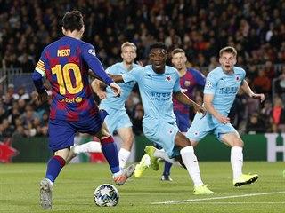 Barcelonský kapitán Lionel Messi kontroluje míč v zápase Ligy mistrů se Slavií.