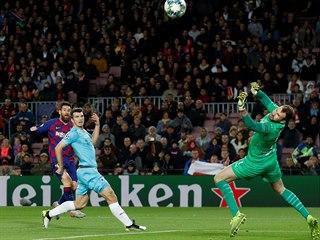 Slávistický gólman Ondřej Kolář zasahuje proti střele Lionela Messiho. Toho se...