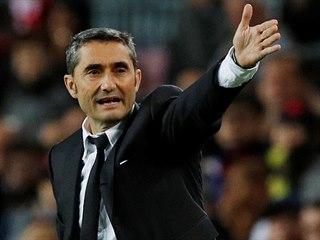 Barcelonský kouč Ernesto Valverde gestikuluje během zápasu se Slavií.