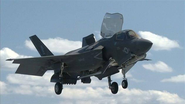 Na unikátních záběrech se představují dvě verze letounu F-35