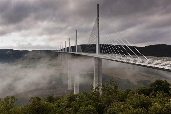 Viadukt Millau vede nad údolím Tarnu aspojuje Clermont-Ferrand sBéziers...
