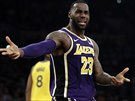 LeBron James z LA Lakers v zápase s Golden State.
