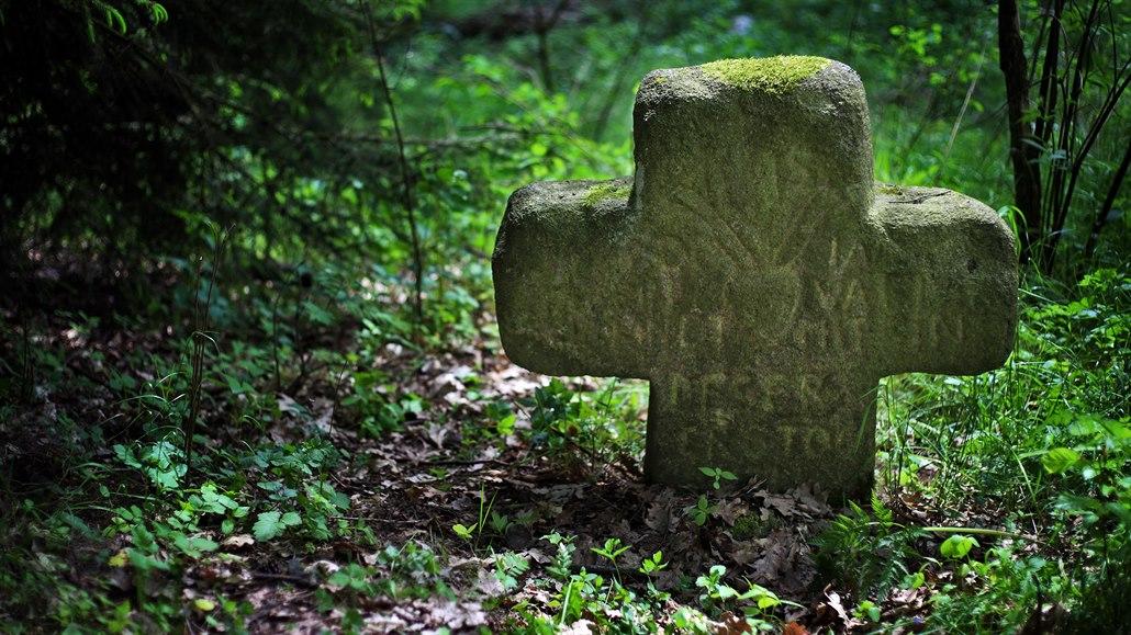 Otec ubodal syna nožem na chléb, brutální vraždu připomíná smírčí kříž