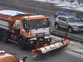 Osobní automobily projíždějí 13. listopadu 2019 po dálnici D1 poblíž Větrného...