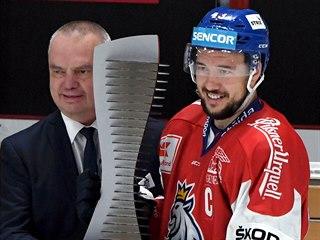 Kapitán českých hokejistů Jan Kovář přebírá cenu pro vítěze Karjala Cupu.