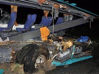 Autobus se u slovenské Nitry střetl s nákladním autem převážejícím kamení,...