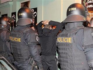 Policie zasahuje v centru Plzně proti fotbalovým fanouškům před utkáním Česka...
