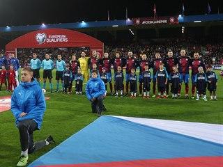 Slavnostní nástup před kvalifikačním zápasem o mistrovství Evropy mezi Českem a...