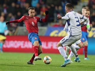 Kapitán českých fotbalistů Vladimír Darida stačil odehrát míč před kosovským...
