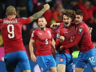 Český záložník Alex Král v objetí Lukáše Masopusta slaví důležitý gól v...