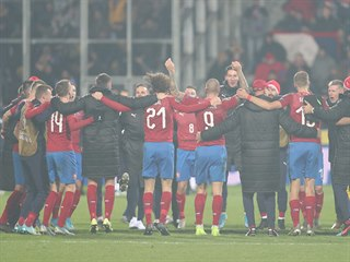 Čeští fotbalisté jásají z postupu na mistrovství Evropy. V rozhodujícím duelu...