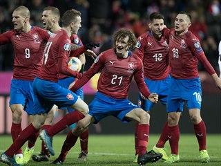 Český záložník Alex Král (uprostřed) slaví se spoluhráči z reprezentace gól v...