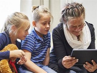 Kateřina sleduje spolu s dětmi nabídku na léčbu, která by jí mohla ulevit od...