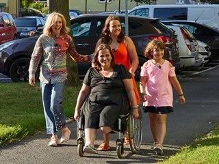 Jana a její dcery se v doprovodu moderátorky Terezy Pergnerové vracejí domů....