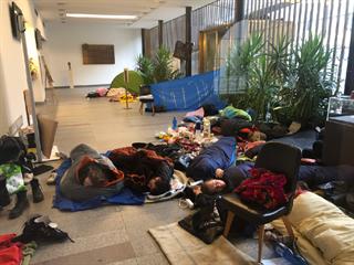 Spící aktivisté ve vestibulu Karolina – rektorátu UK. (15.11. 2019)