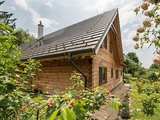 Borovicové dřevo dovezli majitelé z Rakouska. Hrubá stavba byla postavena za...