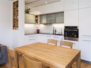 Kuchyňská linka ve tvaru písmene L není velká, ale nabízí vše potřebné.