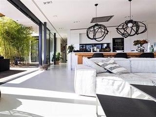 Světlý prostor opticky zvětšuje i bezešvá stěrka použitá na podlahách celého...