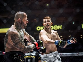 MMA zápasník a herec Jakub Štáfek knokautoval Petera Benka na turnaji Oktagon...