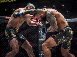 MMA zápasník Attila Végh (vlevo) trefuje soupeře Karlose Vémolu na turnaji...