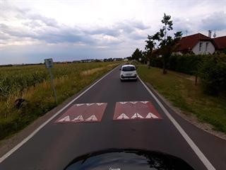 Zpomalovací prvek v Kolodějích ve směru do obce. (13.11.2019)