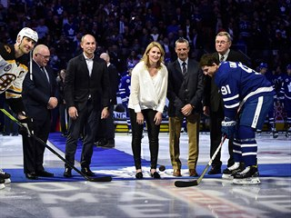 Slavnostní buly před duelem Toronto - Boston, zcela vpravo nový člen Hokejové...