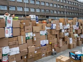 Před někdejším sídlem KSČ v Hradci Králové znovu roste zeď z papírových krabic...