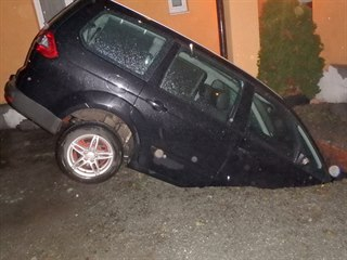 Auto se v Jaroměři propadlo do septiku (12. 11. 2019).