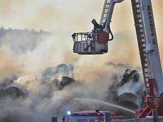 Hasiči bojují s požárem stohu slámy v Tymákově na Plzeňsku. Na pomoc si...