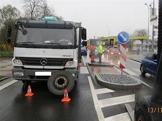 Policisté šetří nehodu v Domažlicích, při které se nákladnímu autu uvolnilo za...